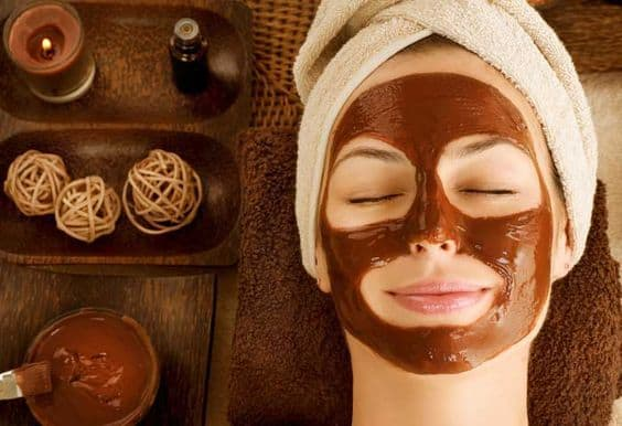 This DIY moisturizing face mask is perfect for people who are always in a rush. All it takes is less than 5 minutes and some olive oil and coffee to brighten up your skin.